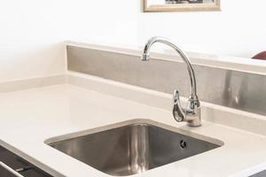 Decoração de pia de torneira e guia de água na cozinha foto