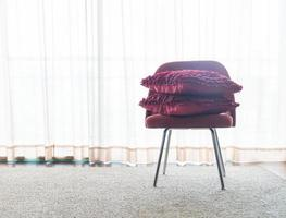 linda almofada luxuosa na decoração do sofá na sala de estar foto