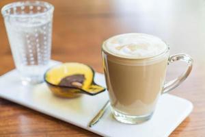 xícara de café com leite quente em cafeteria foto