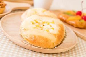 pão com milho e maionese na mesa foto