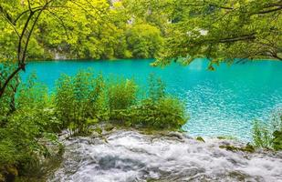 plitvice lagos parque nacional cachoeira azul verde água croácia. foto