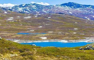 vavatn lago panorama paisagem pedregulhos montanhas hemsedal noruega. foto