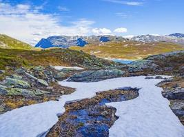 vavatn lago panorama áspero paisagem montanhas de neve hemsedal noruega. foto
