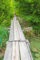 calçadão no parque nacional dos lagos plitvice, na croácia foto
