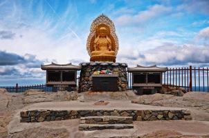 altar budista nas rochas foto