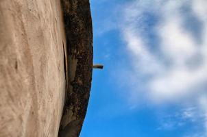 tubo no telhado de um prédio antigo - vista de baixo foto