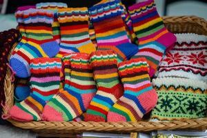 luvas e meias de lã tricotadas tradicionais da Letónia foto