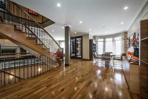 casa canadense luxuosa com piso de madeira maciça e escadas foto