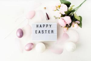 Feliz Páscoa, caixa de luz decorada com penas e ovos em tons pastéis foto