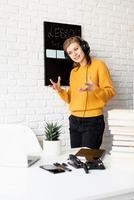 mulher com fones de ouvido ensinando on-line usando bate-papo por vídeo no laptop foto