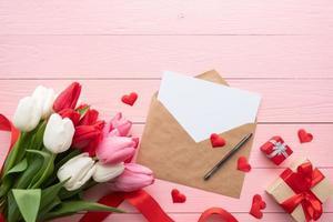 cartão e envelope com vista superior das tulipas coloridas da primavera foto