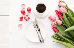 elegante mesa festiva com decoração floral foto