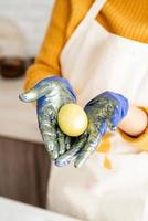 close up de ovo de páscoa colorido nas mãos foto