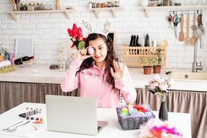 mulher cumprimentando seus amigos online, comemorando a páscoa foto