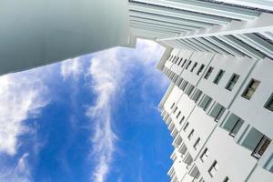 prédio alto e céu azul brilhante foto