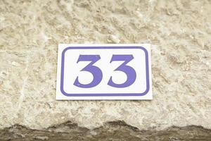 número trinta e três em uma parede foto