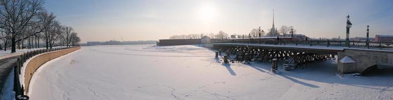 panorama de inverno, vista da ilha da lebre e da ponte ioannovsky foto