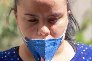 mulher com máscara protetora no rio de janeiro, brasil foto