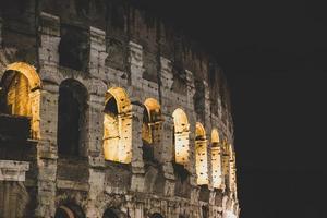 detalhe do coliseu em roma, foto noturna