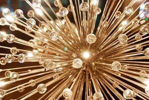 um grande lustre de teto de vidro brilhante em forma de dente-de-leão foto