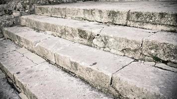 a escadaria de pedra branca no parque foto