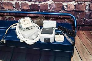 caixa de ferramentas com material eletrônico e equipamentos para instalação foto