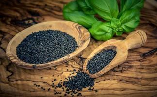 sementes secas de manjericão foto