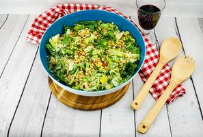salada em um prato azul foto