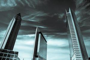 enorme torre comercial foto