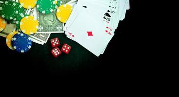 dados vermelhos de fichas de dinheiro e cartas de jogos de azar foto