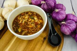 sopa de legumes fresca asiática tradicional foto