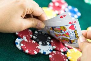 jogos de azar pôquer cartas de blackjack mostradas à mão e dados foto