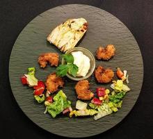 camarões e vegetais frescos assados foto