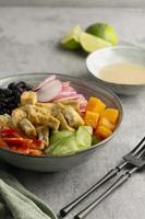 arranjo com deliciosa refeição vegana foto
