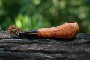 cachimbo de tabaco é feito de madeira burl foto