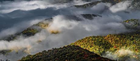foto de nevoeiro de outono de manhã cedo na blue ridge parkway North Carolina