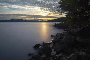 nascer do sol no lago jocassee carolina do sul foto