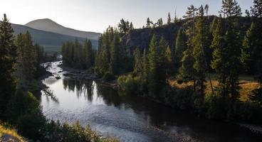 Rio Yellowstone ao nascer do sol perto do Parque Yellowstone foto
