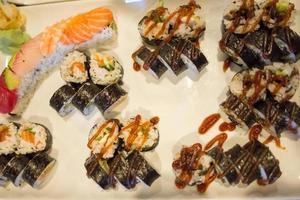 variedade de rolos de sushi em uma mesa de jantar foto