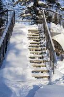 parque da cidade no inverno. escada para a pista de dança no parque da cidade foto
