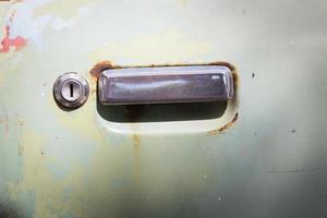 porta de carro velha enferrujada com chave foto