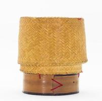 caixa de arroz de madeira de bambu tradicional tailandesa isolada no branco foto
