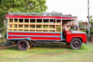 vista lateral do caminhão vintage vermelho no chão foto