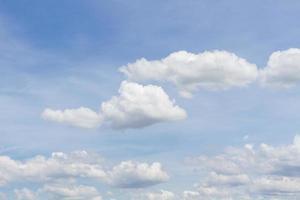 céu azul nublado pela manhã foto