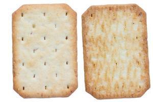 biscoitos de soda salgada isolados no fundo branco foto