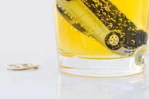 foto horizontal de carrinho de brinquedo em um copo de cerveja