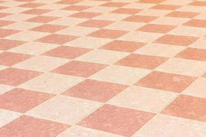 antigo e pálido piso de cerâmica do templo na Tailândia, ao ar livre. foto
