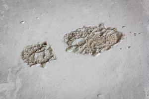 pegada única da bota no concreto úmido no canteiro de obras foto