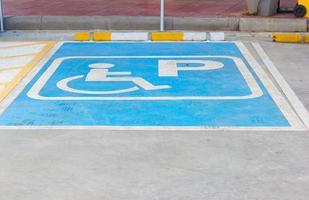 placa de estacionamento para deficientes físicos em posto de gasolina, Tailândia foto