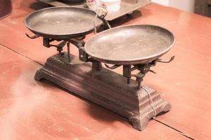 escala vintage na mesa de madeira foto